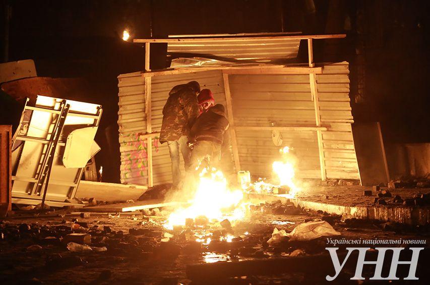 Протестующие ликвидируют возгорания на баррикадах