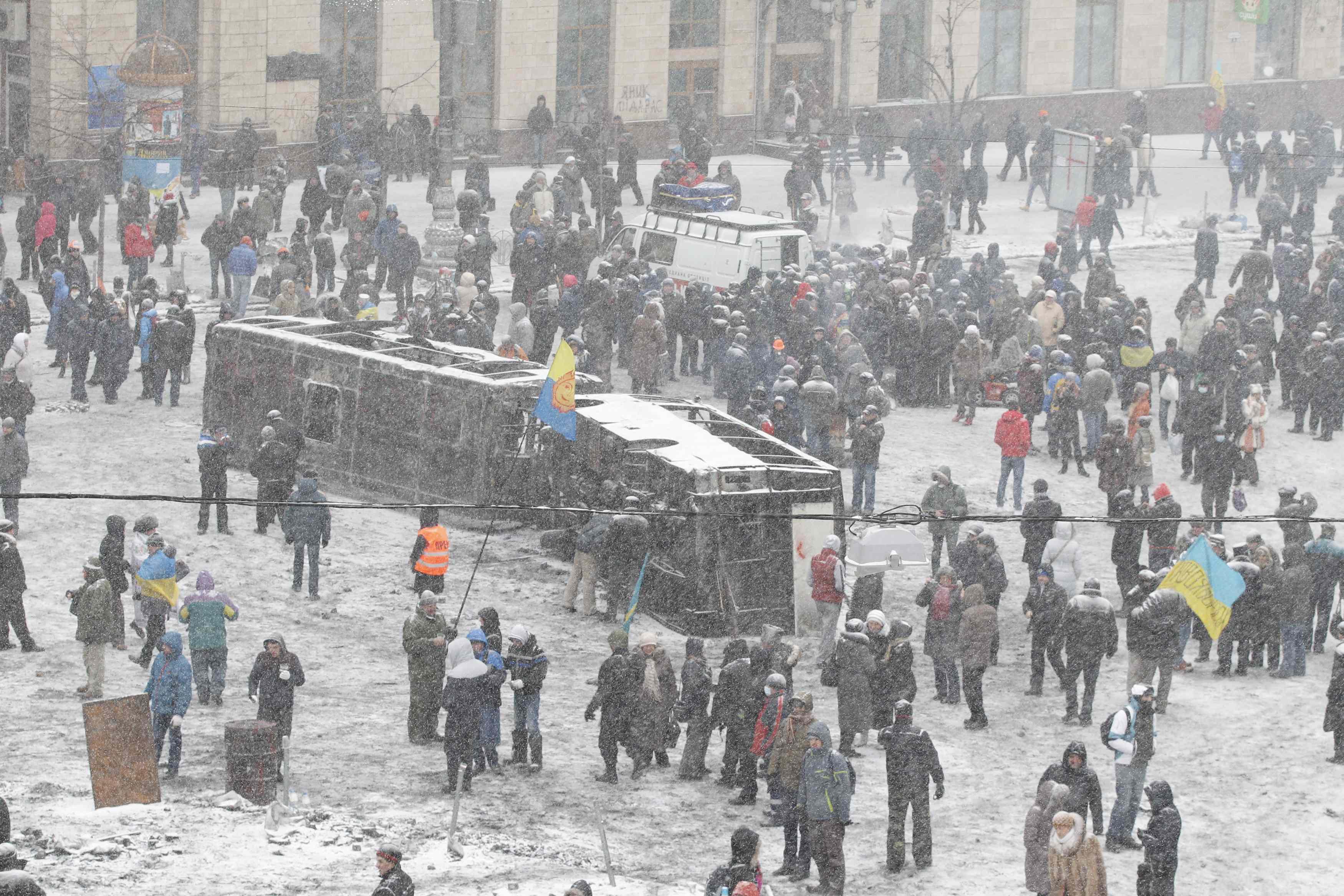 Митингующие новые строят баррикады