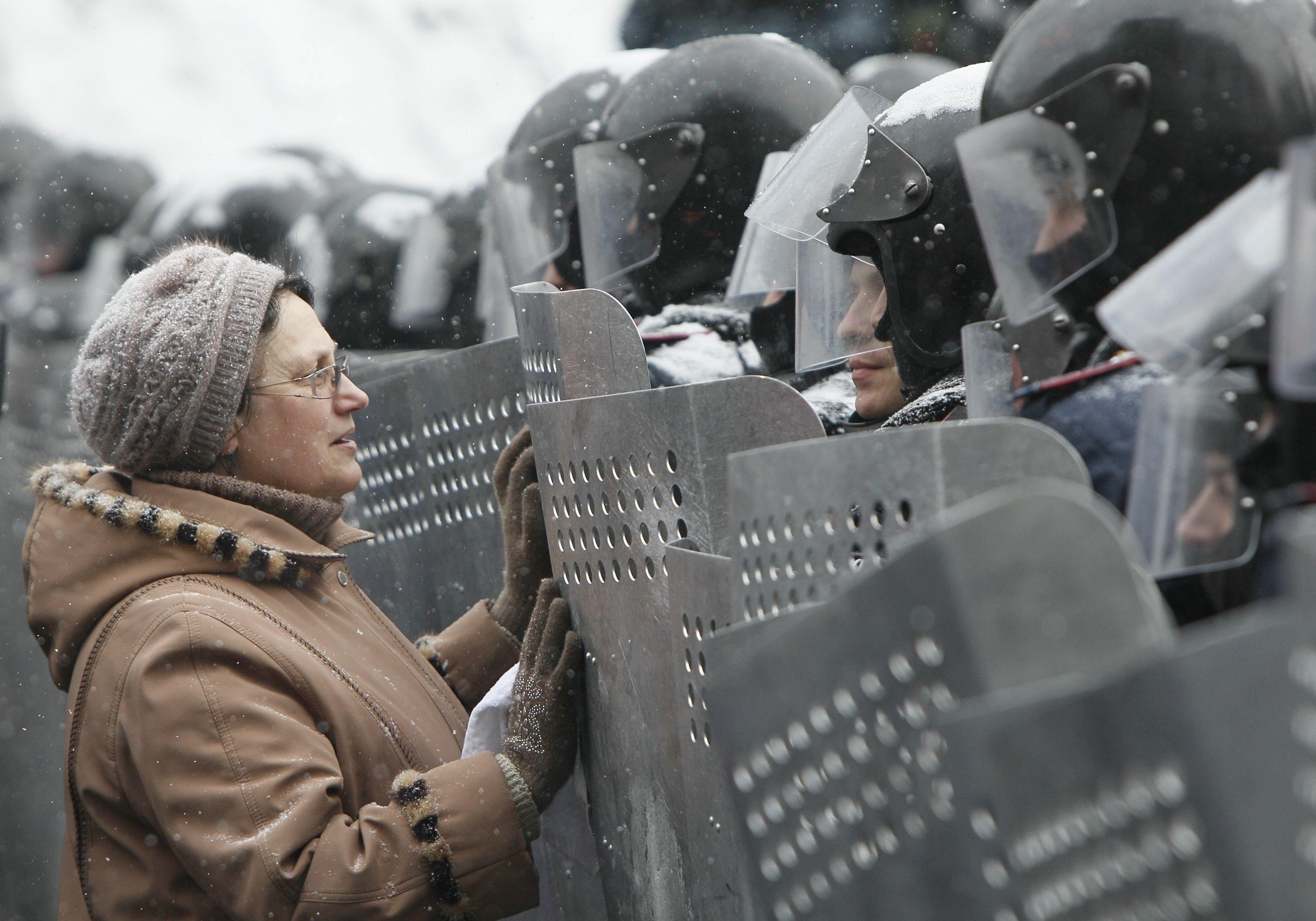 Женщина и милиционеры