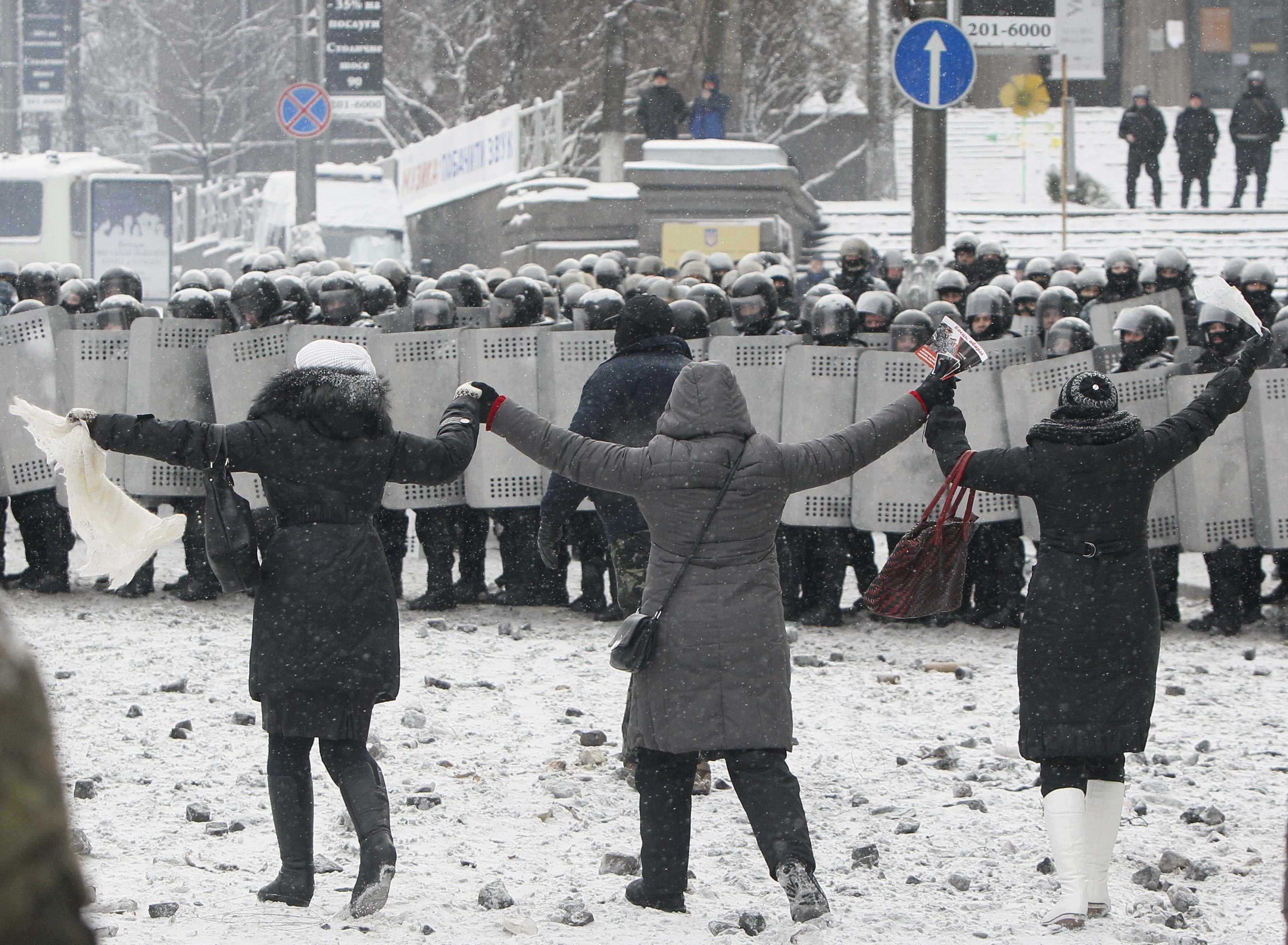 Женщины вышли к силовикам