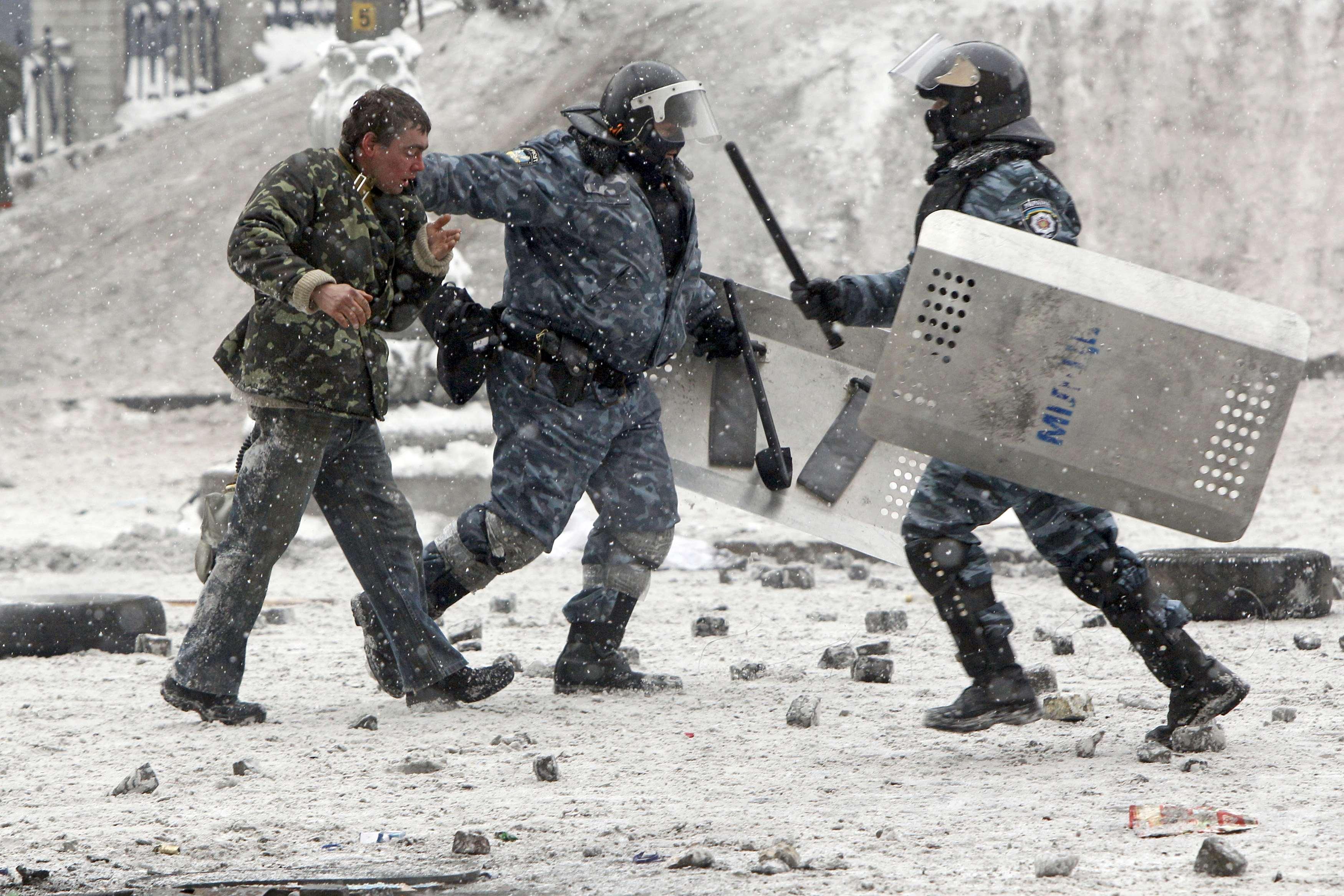 В Киеве несколько дней продолжается противостояние силовиков и митингующих