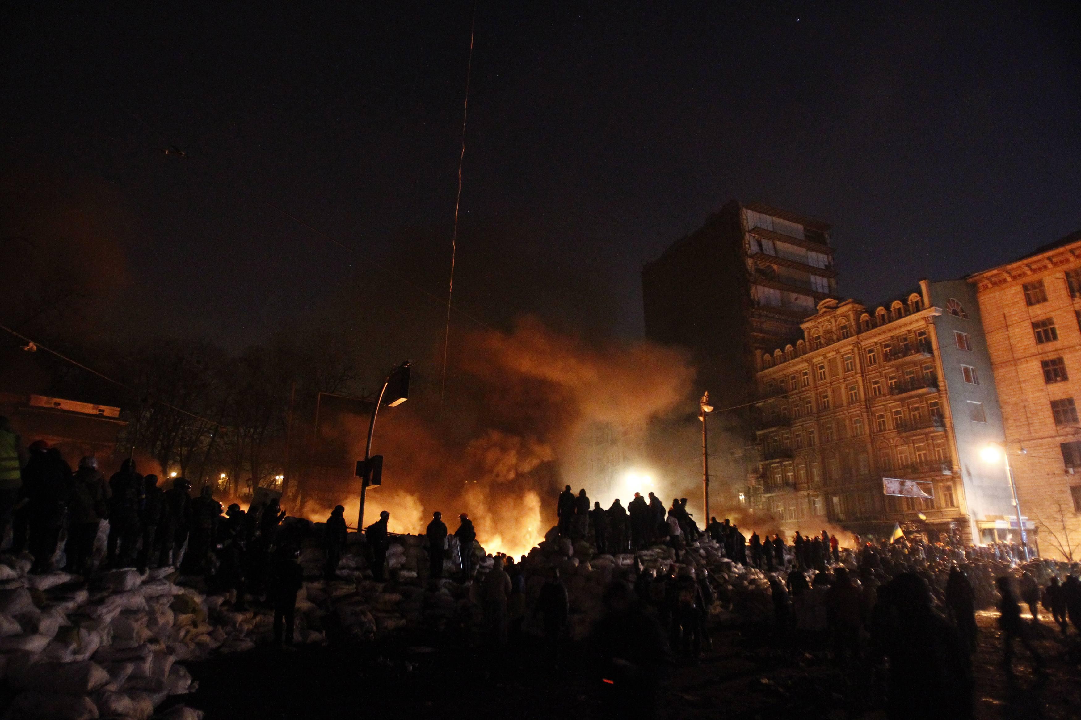 Как на Грушевского жгли покрышки и строили баррикады: опубликованы фото