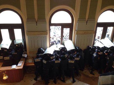 Милиция не сдержала натиск протестующих