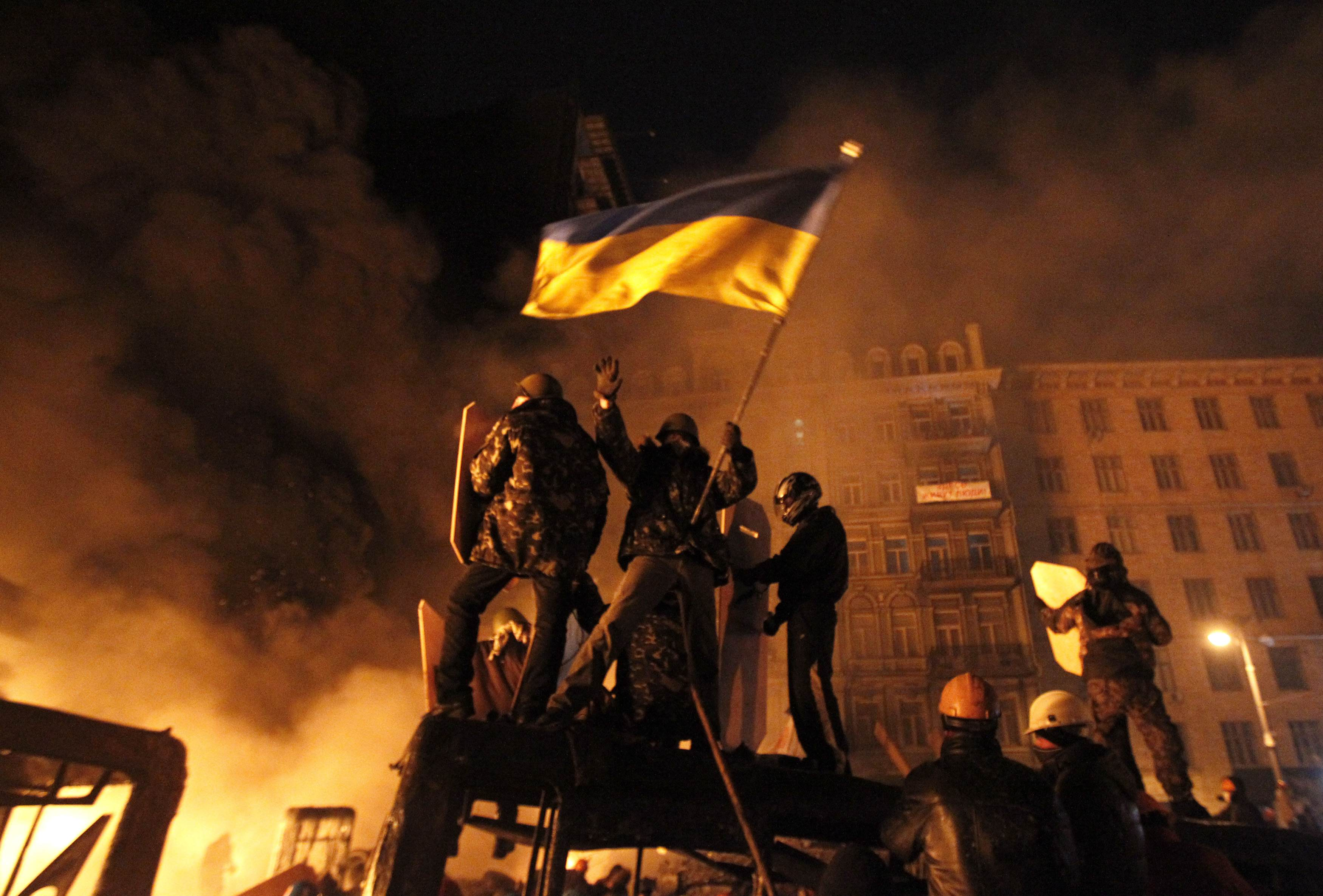 Противостояние митингующих и милиции продолжается