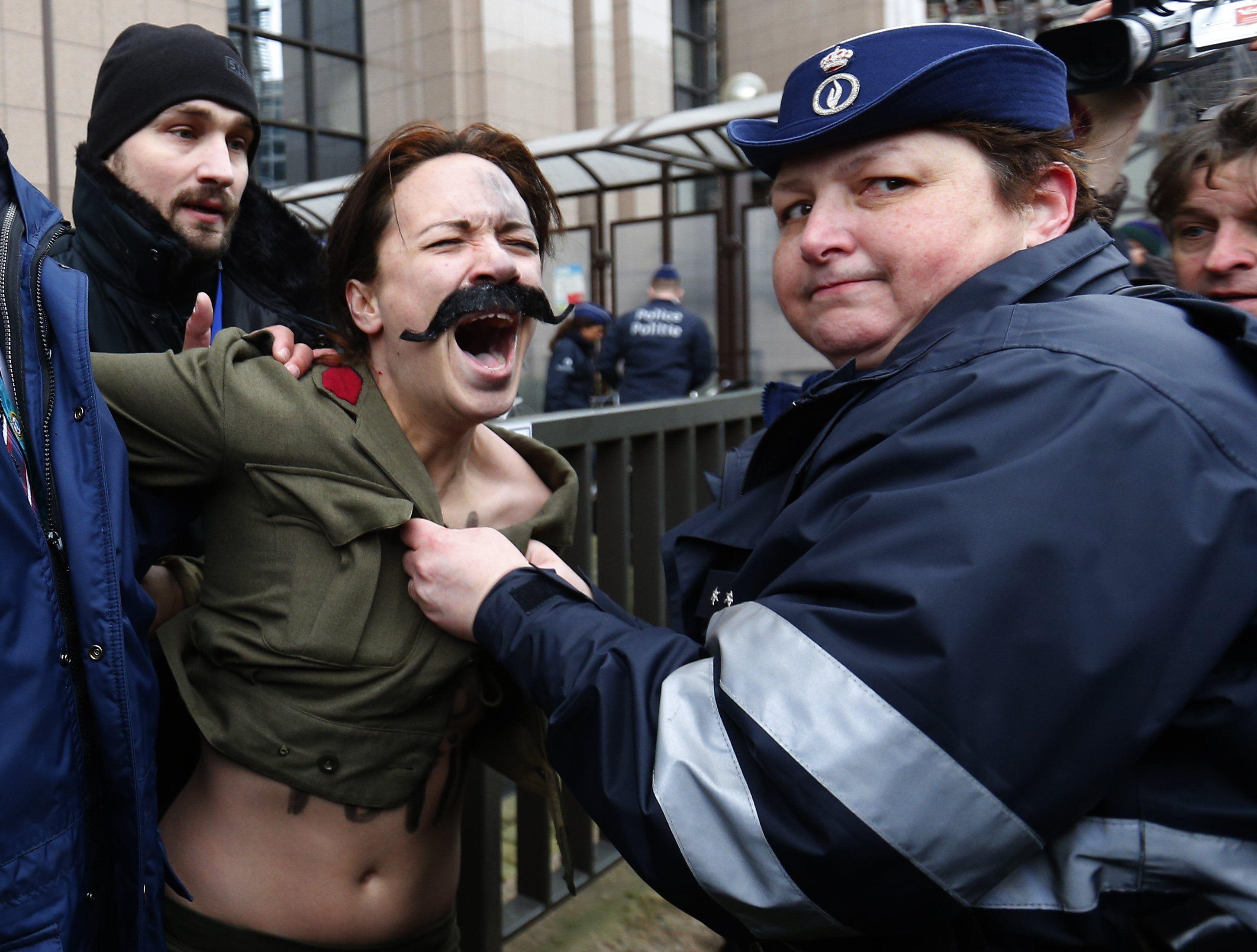В Брюсселе голые FEMEN пытались сорвать саммит Россия-ЕС: опубликованы фото