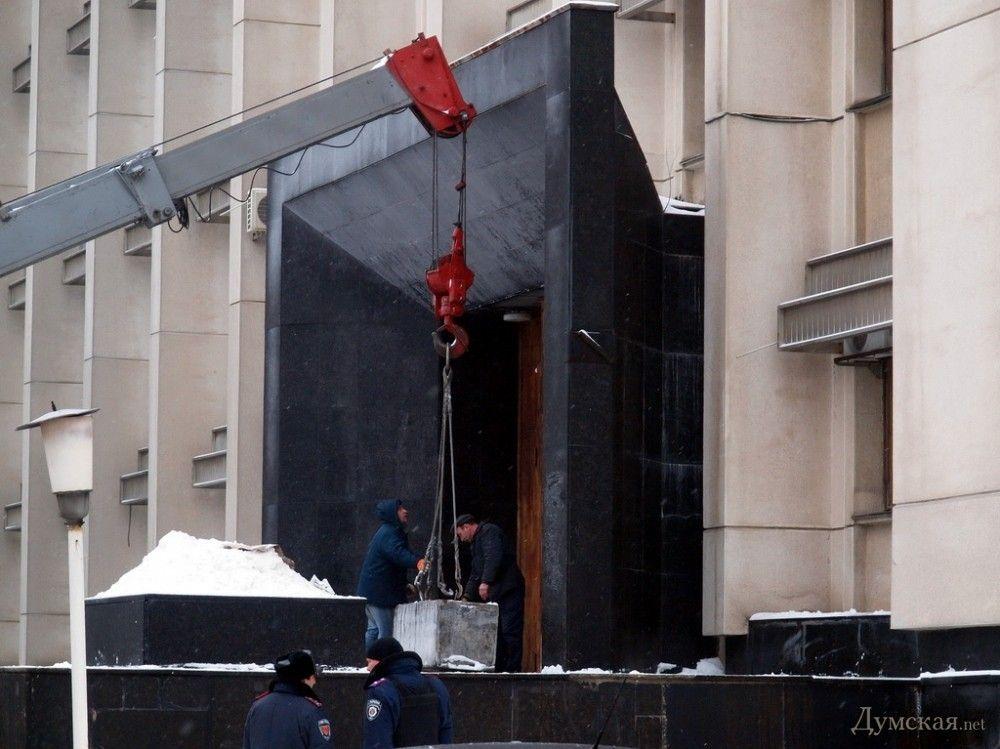 Одесскую ОГА забаррикадировали бетонными блоками