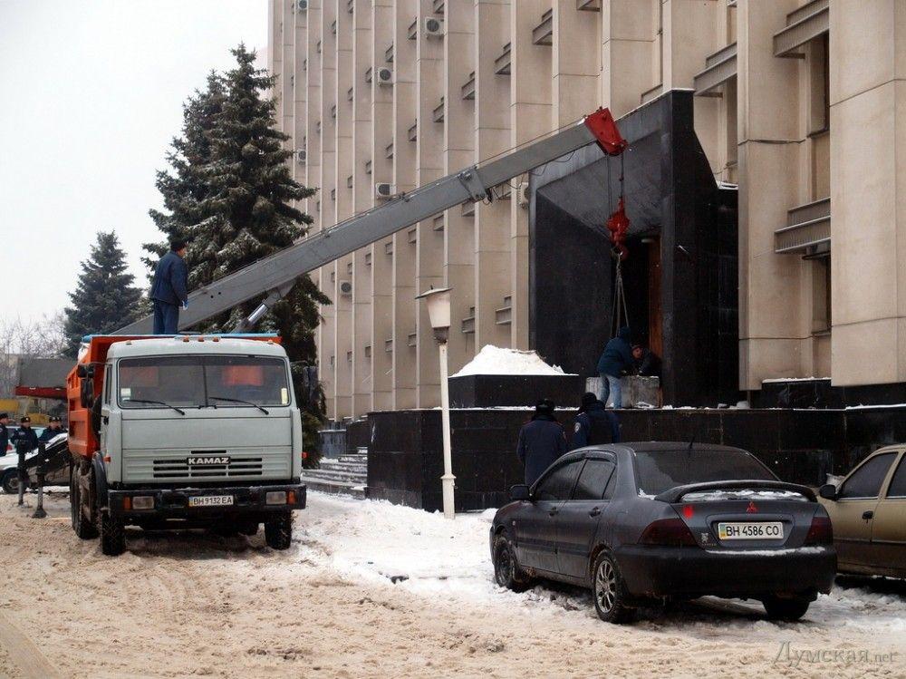 Вход в Одесскую ОГА заложили бетонными блоками: опубликованы фото