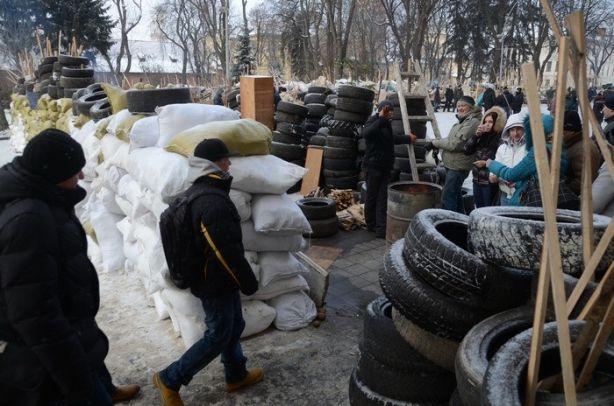Львовская обладминистрация окружена баррикадами