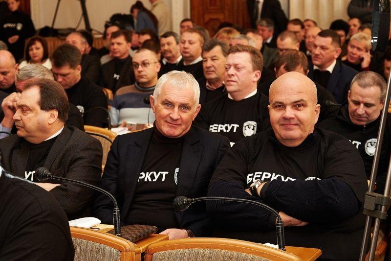 """Добкин пришел на сессию облсовета в черной футболке """"Беркут"""""""