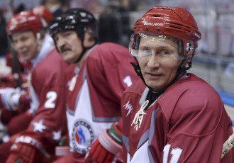 Президент РФ Владимир Путин играет в хоккей