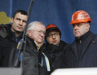 Яценюк, Тягнибок и Кличко на сцене Майдана