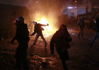 Митингующие ранили уже около 70 милиционеров.