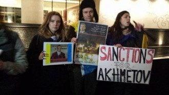 Пикет возле лондонской квартиры Рината Ахметова