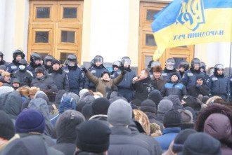 Под ОГА пришли сотни жителей города.