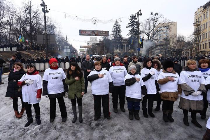 """""""Солдатские матери"""" повыдергивали кресты, поставленные в память о погибших майдановцах"""