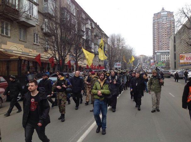 Шествие Самообороны Майдана: силовики спрятались за авто, а Чечетова забросали фантиками