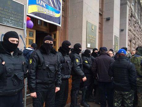 Неизвестные в масках избили милиционеров