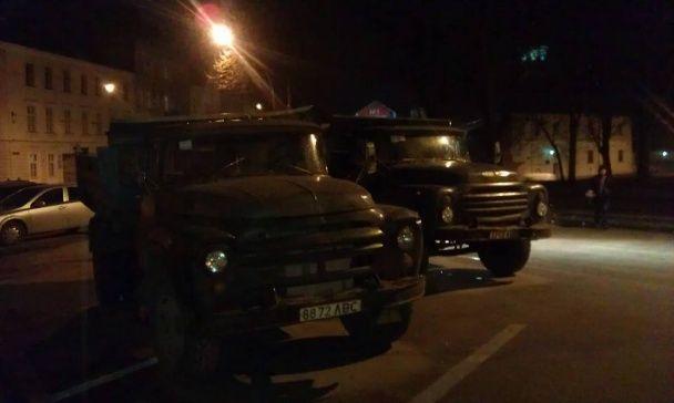 Ночью под Львовской ОГА коммунальщики разобрали баррикады: опубликованы фото и видео