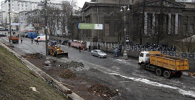 Коммунальщики с Грушевского вывезли более 100 машин мусора.