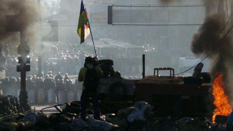 Ситуация в центре Киева обостряется: на Грушевского зажгли шины, на улицах гремят взрывы