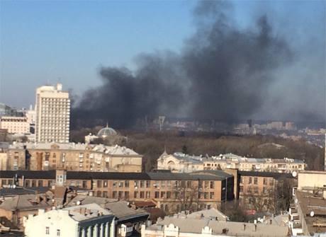 Дым на Грушевского уже видно с Печерска