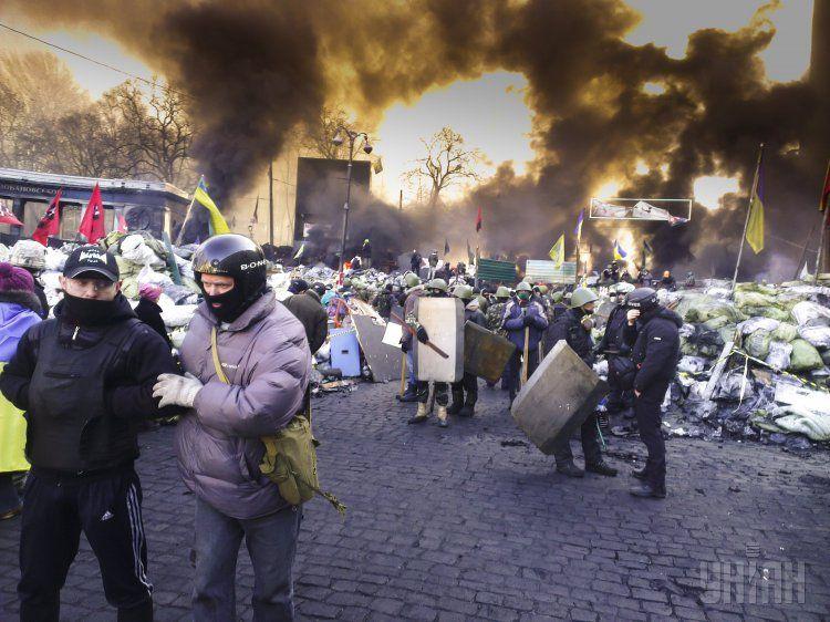 В центре Киева продолжаются бои: в митингующих бросают гранаты и поливают водой