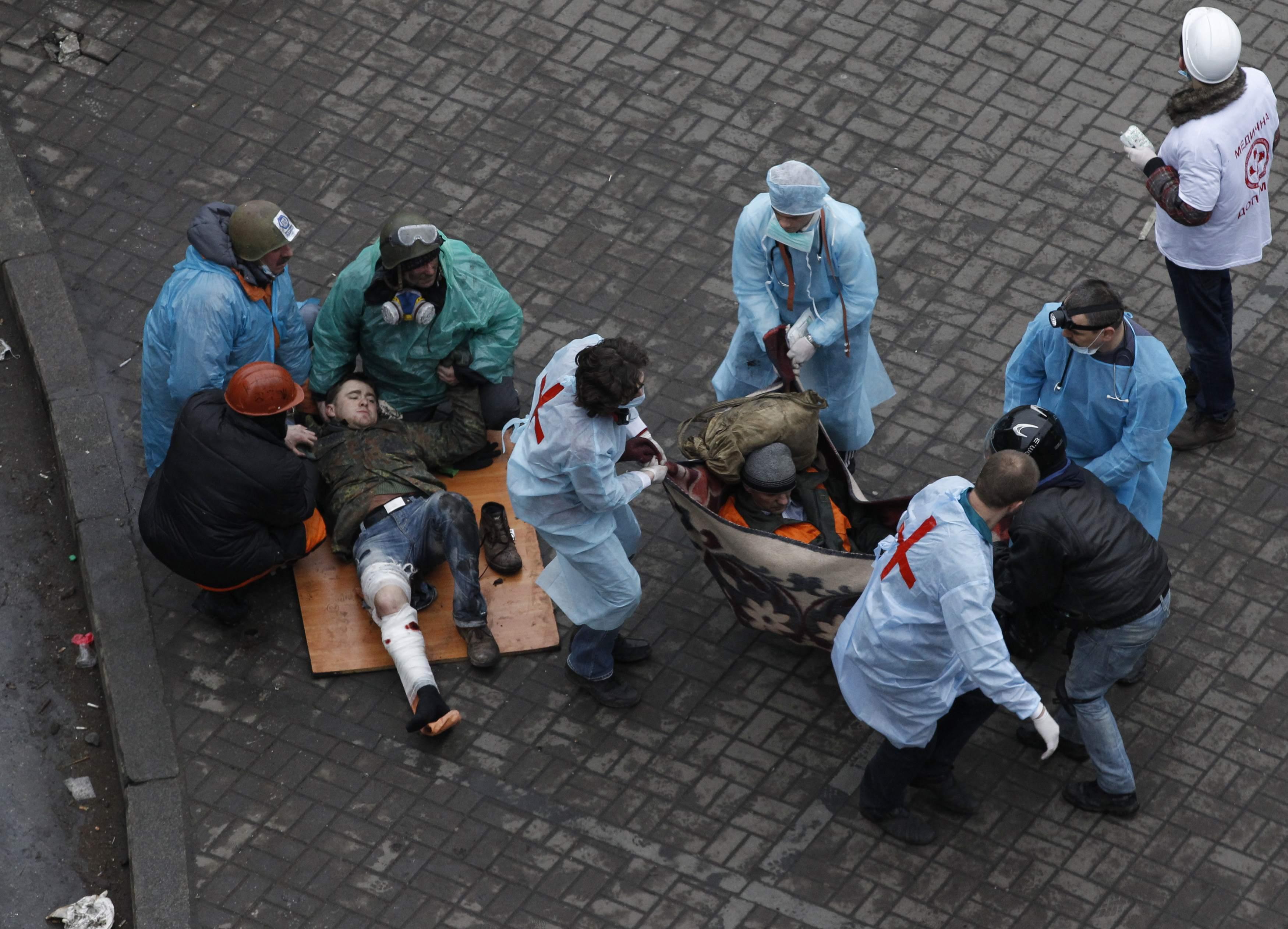 Несут раненого