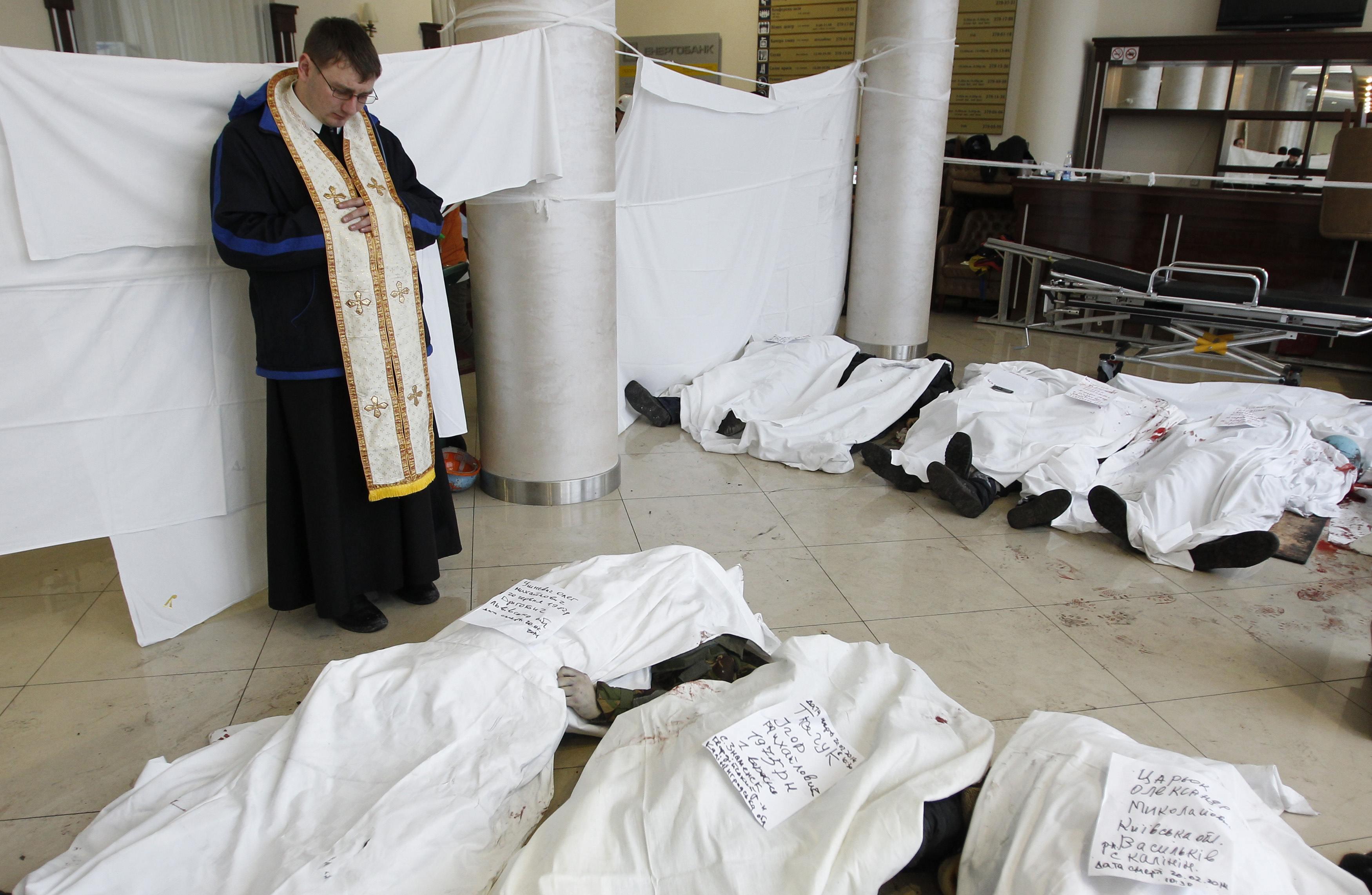 Священник отпевает погибших