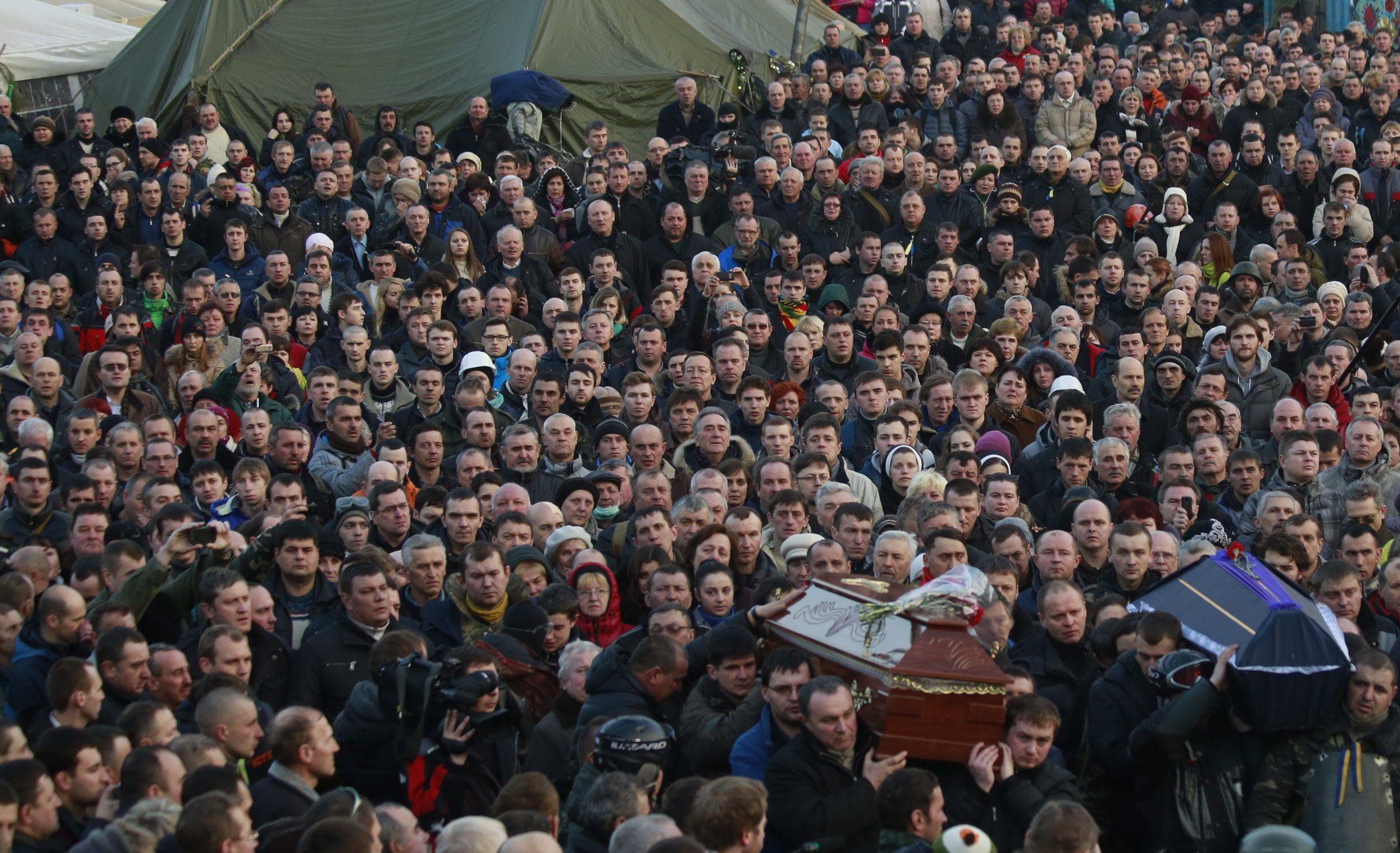 """На Майдане попрощались с погибшими: убитых активистов хоронили под крики """"Герой"""""""