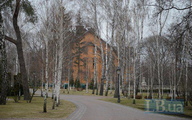 Брошенное Межигорье: черная бухгалтерия и заминированное здание, опубликованы фото и видео