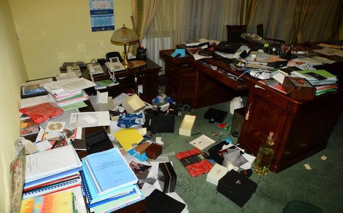 Неизвестные разгромили офис КПУ в Киеве
