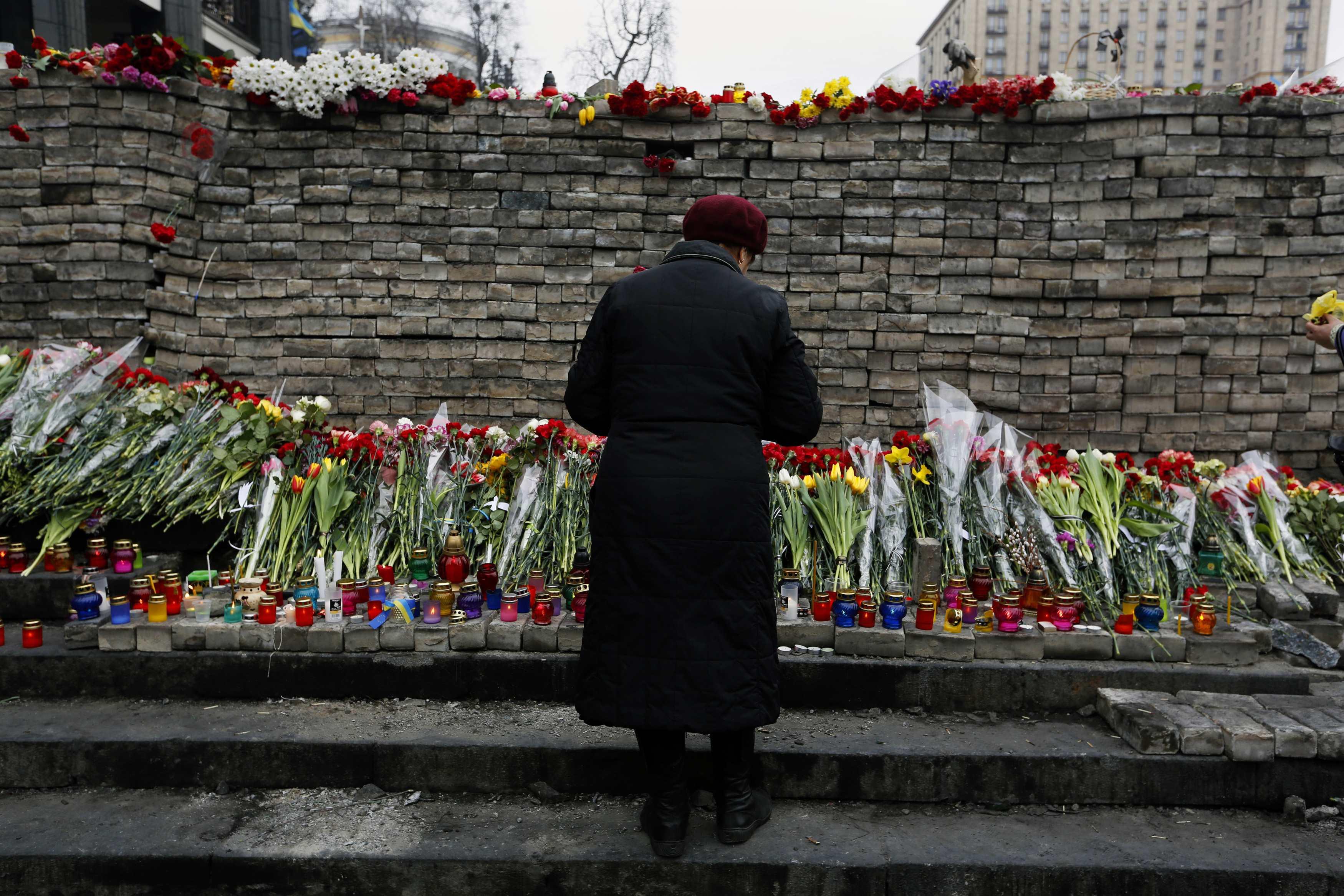 Люди продолжают нести цветы на Майдан