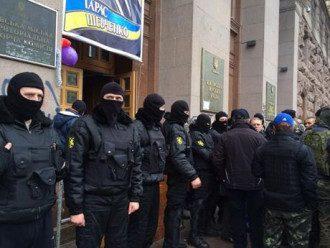 Самооборона Майдана охраняет вход в КГГА