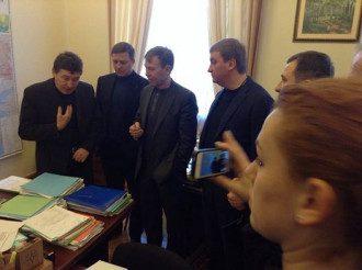 Оппозиция уговаривает главу ВР зарегистрировать постановления о возвращении к Конституции 2004