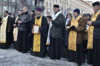 Священники на Михайловской в центре Киева.