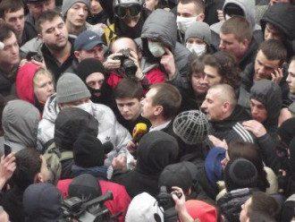 Михаил Папиев в окружении активистов