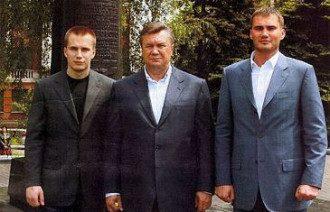 Виктор Янукович с сыновьями - Александром и Виктором
