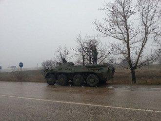 Захват в Крыму: БТР повернули обратно, террористы пропускают депутатов в парламент