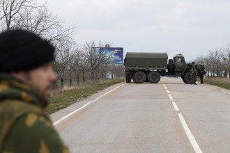 Российские военные и заблокированный аэропорт в Крыму