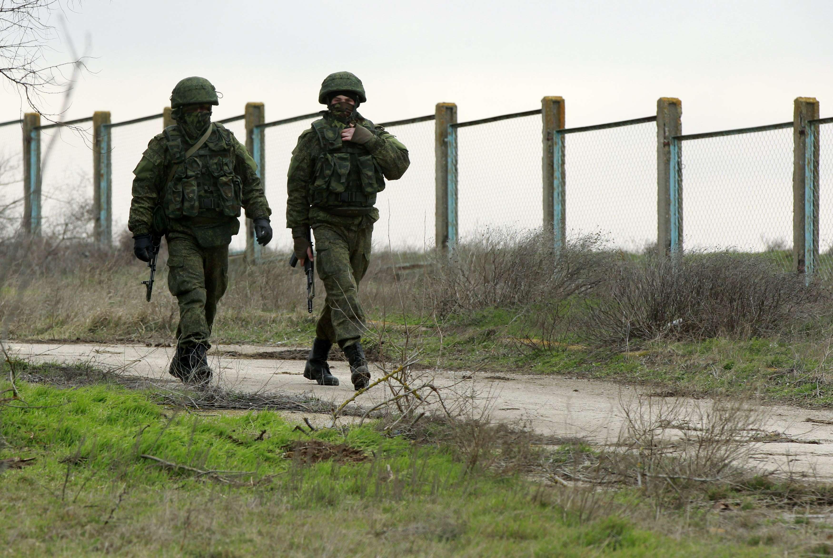 """Российские """"зеленые человечки в Крыму, иллюстрация"""