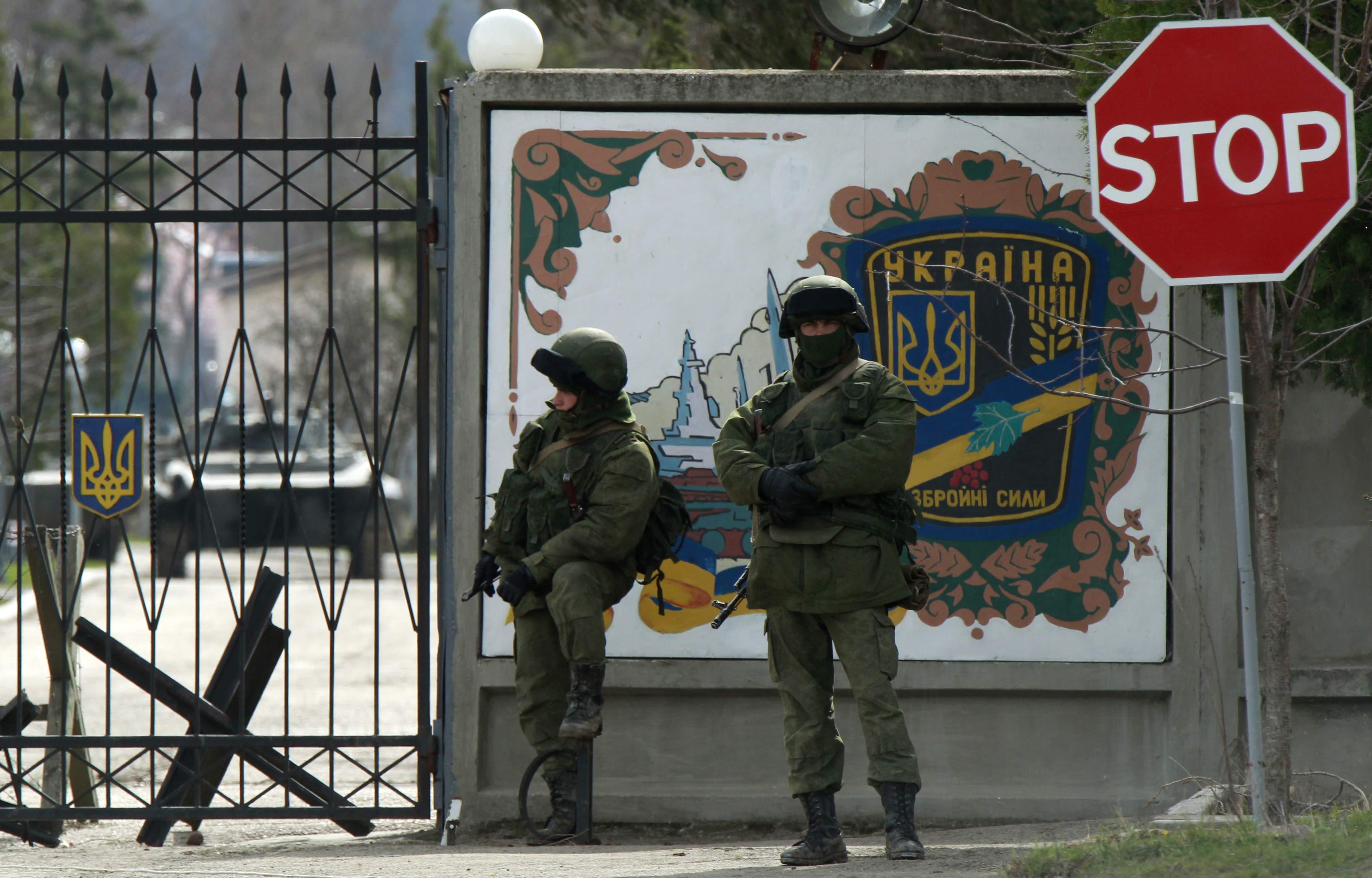 Оккупанты вывозят оборудование и личные вещи украинских солдат