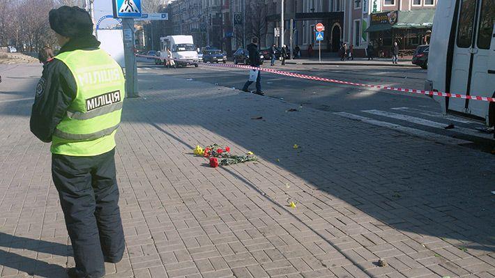 на место гибели активиста несут цветы