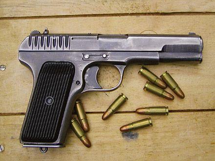 Пистолет ТТ и патроны, иллюстрация