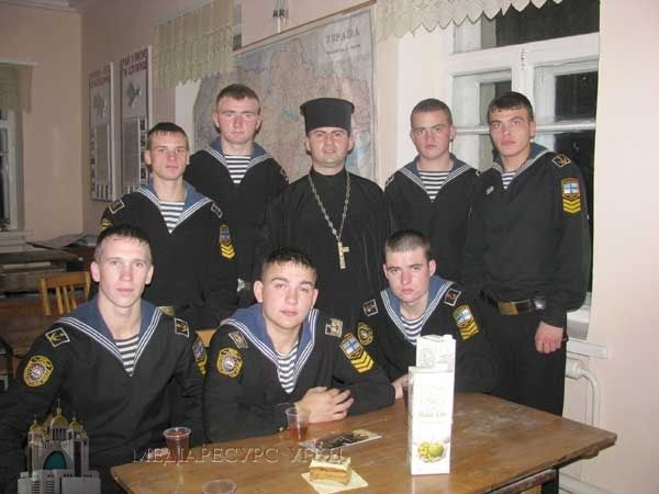 Отец Николай Квич с украинскими моряками