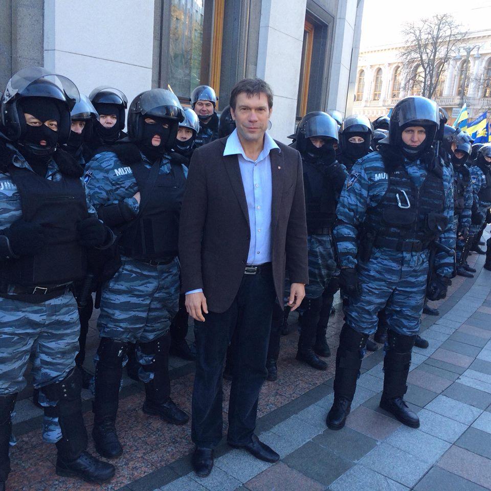 Олег Царев очень любит фотографироваться с вооруженными людьми