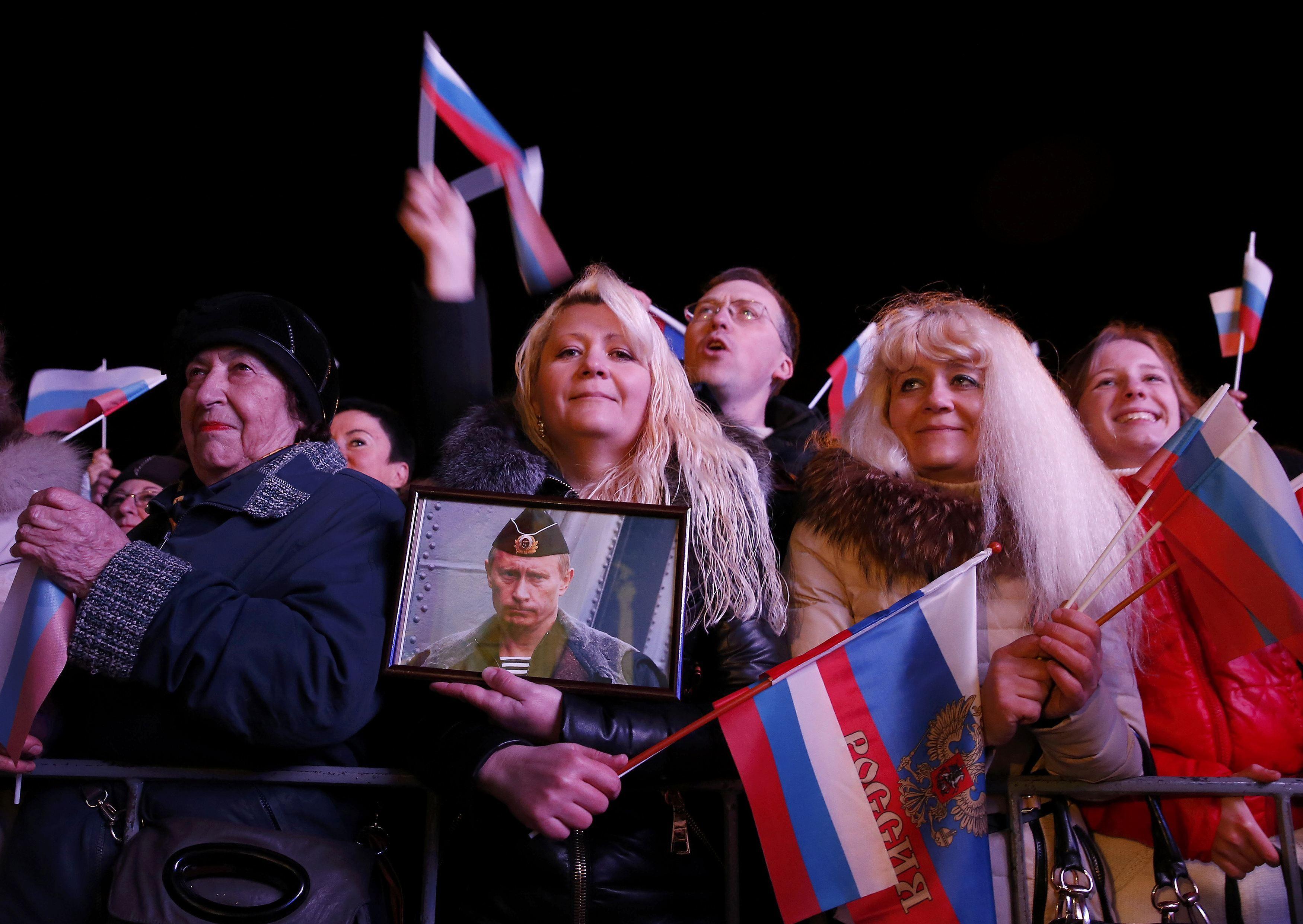 В Севастополе убирают украинскую символику
