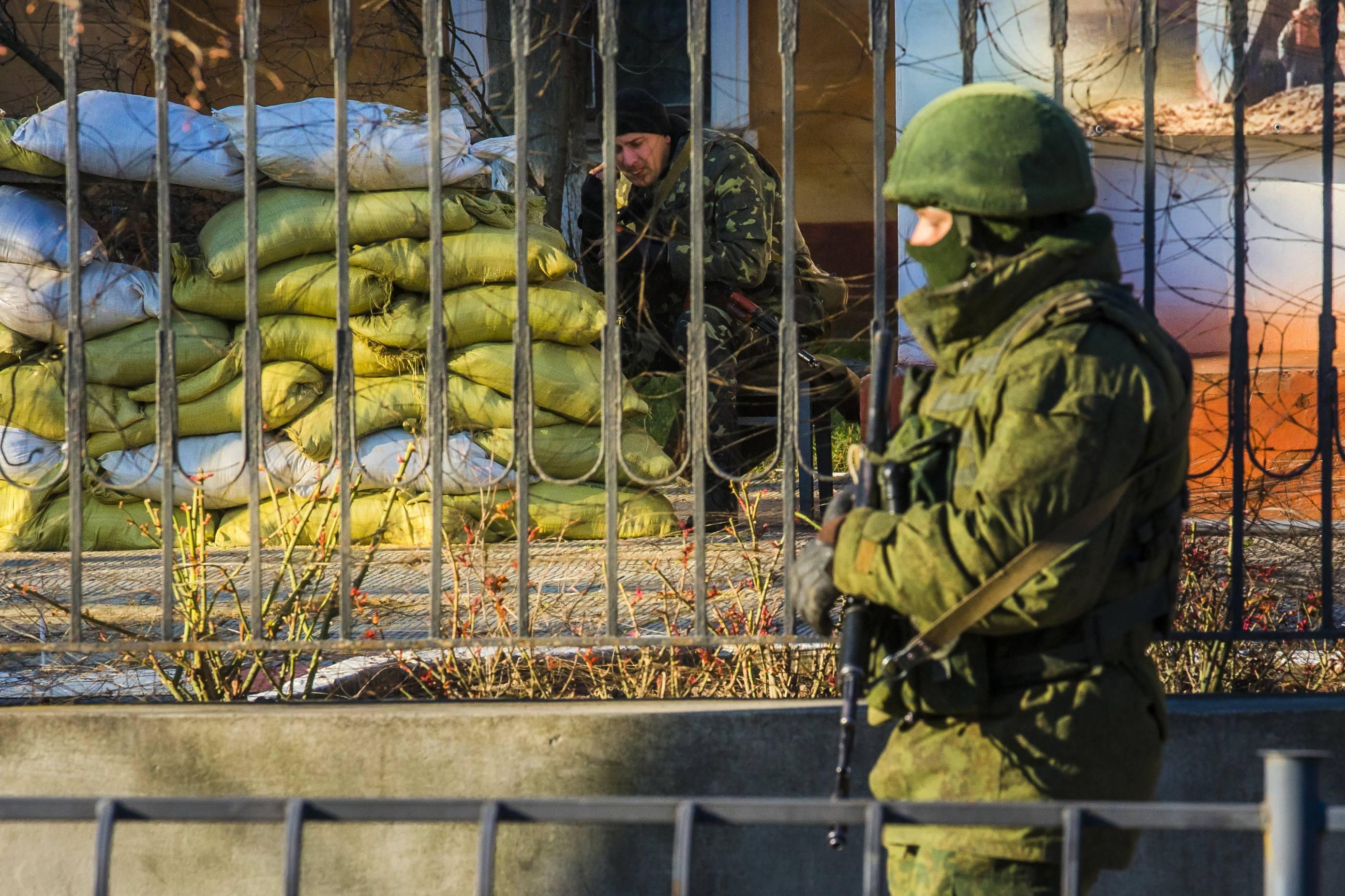 Русские солдаты по всему Крыму пытаются захватить украинские военные части