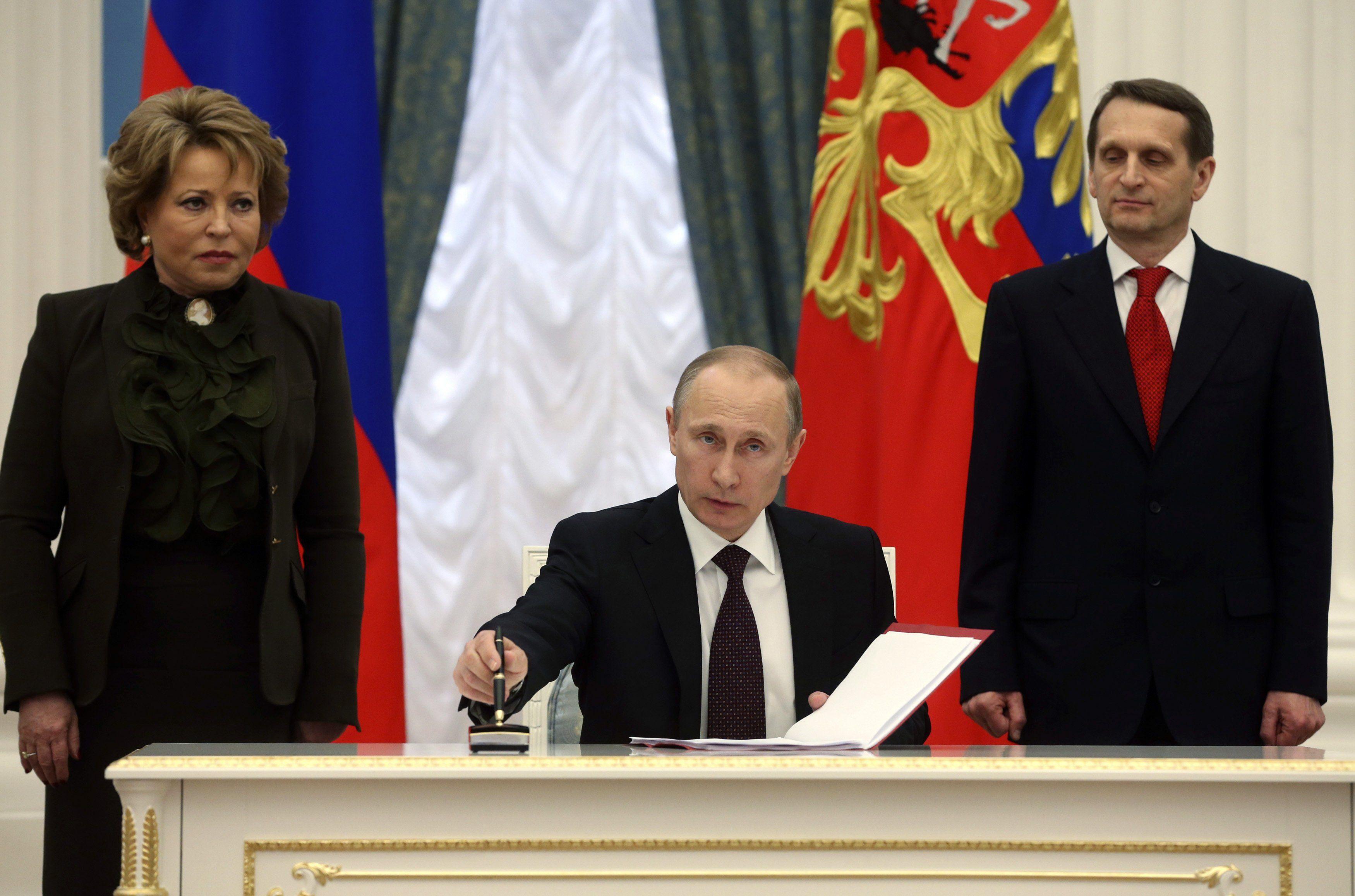 Путин подписывает документы о присоединении Крыма