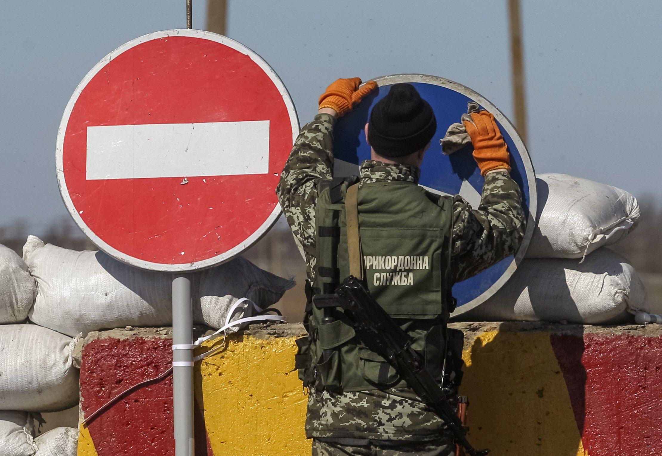 Украинский пограничник на блокпосту по дороге из Крыма