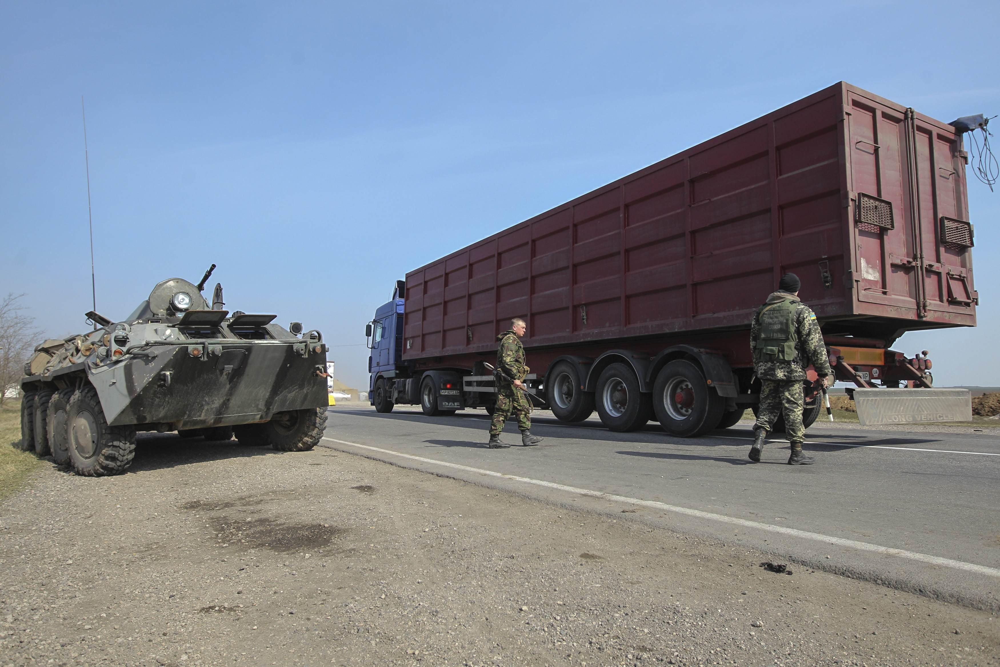 Украинские пограничники пропускают машины без проблем